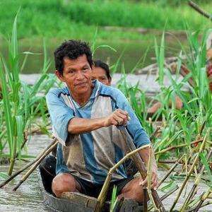 Pescador en el río Tapiche, Perú.
