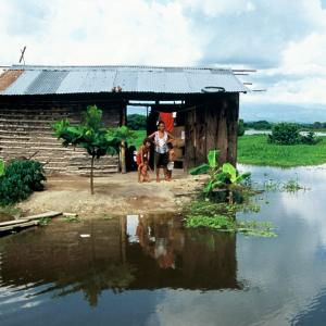 una casa rodeada por la inundación