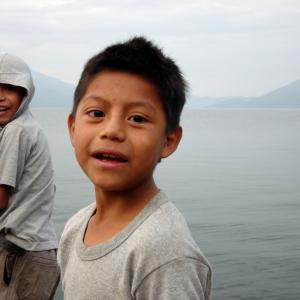 Niños en el lago Atitlan, Guatemala