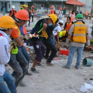 Cadena humana en sitio afectado por sismo en México