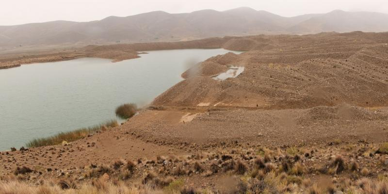 Tons of mining waste, which extends for miles, has buried and deformed the Pazña river basin. Photo: Andrés Ángel / AIDA.