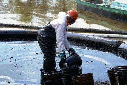 Photo: Ecopetrol workers seeking to recover the oil spilled in Nariño. Credit: Diario del Sur/RCN Radio