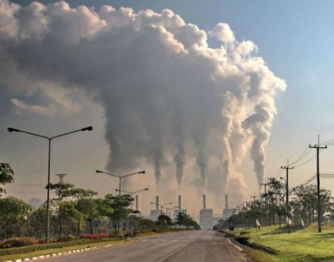 Foto: Emisión de gases contaminantes. Crédito: www.shutterstock.com.