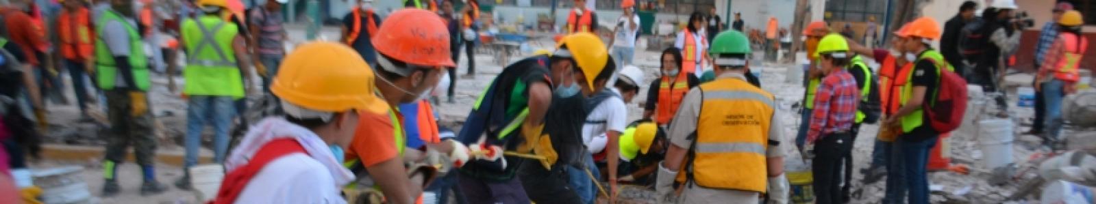 Labores voluntarias en uno de los edificio colapsados a causa del sismo en la Ciudad de México.