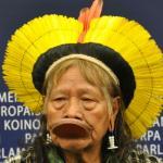 En diciembre de 2012, el Cacique Raoni, líder indígena brasileño, denunciaba ante el Parlamento Europeo las amenazas a los derechos humanos del proyecto Belo Monte. | Crédito: greensefa