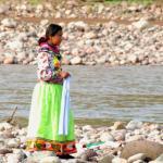 Mujer indígena camina a orillas del río San Pedro Mezquital en Nayarit, México