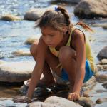Niña indígena juega en el río San Pedro Mezquital, México