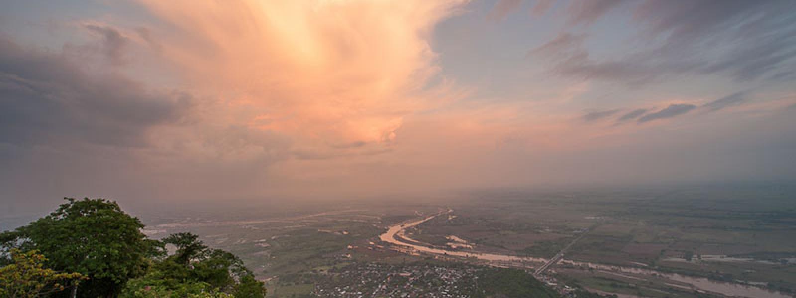 Vista aérea del río San Pedro Mezquital abriéndose paso entre las llanuras en Nayarit, México.