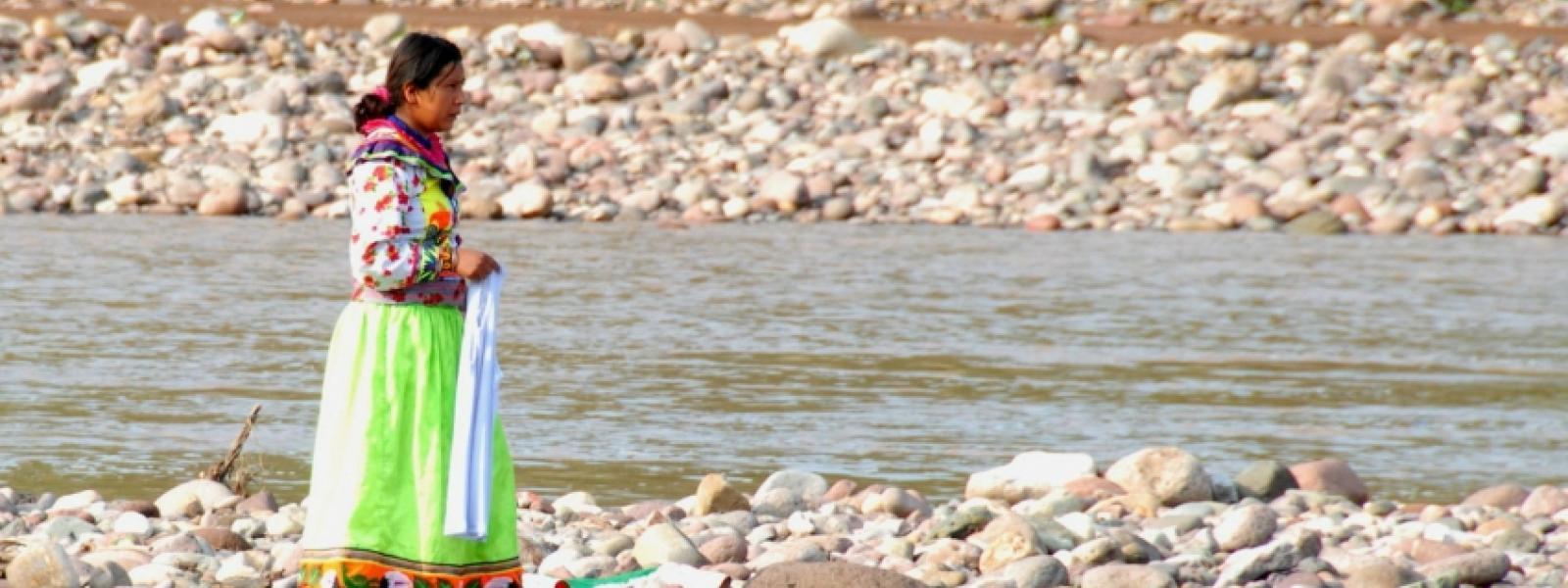 Mujer indígena camina a orillas del río San Pedro Mezquital, en Nayarit, México