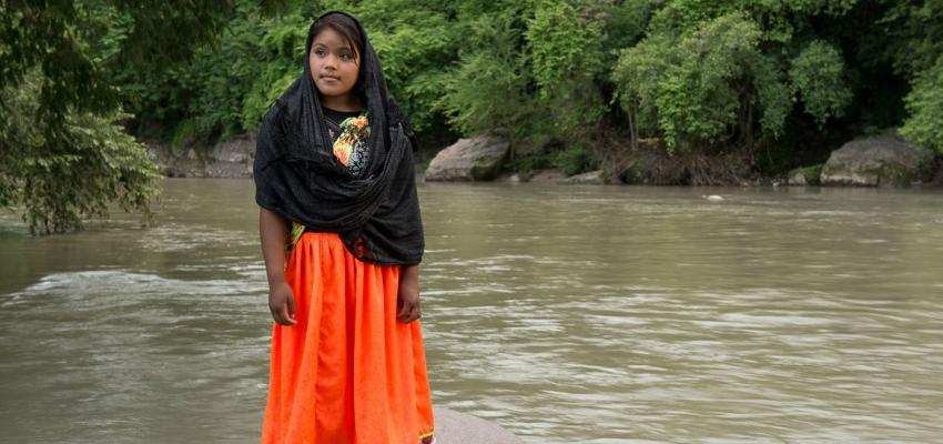 Mujer indígena Cora en el río San Pedro Mezquital