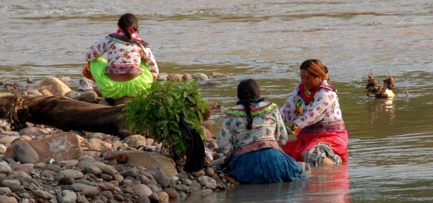 Mujeres indígenas Cora en el río San Pedro Mezquital