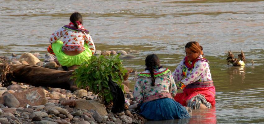 Mujeres Cora en el río San Pedro Mezquital