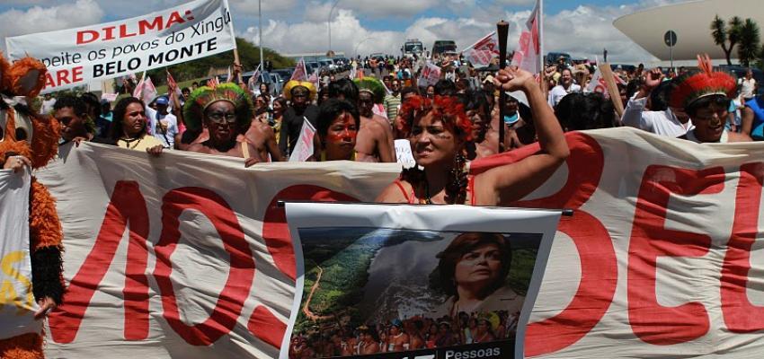 Protestando construcción de la represa de Belo Monte, Brasil. | Crédito: Christian Poirier,  Amazon Watch