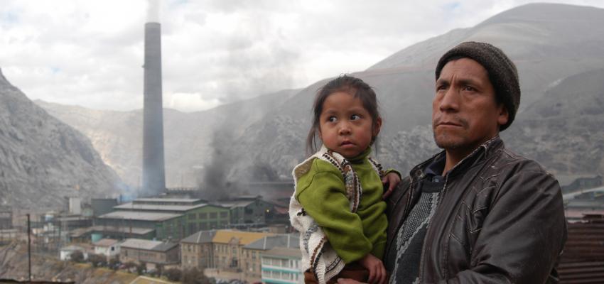 Los residentes fuera del Complejo de La Oroya Metalurico, Perú.